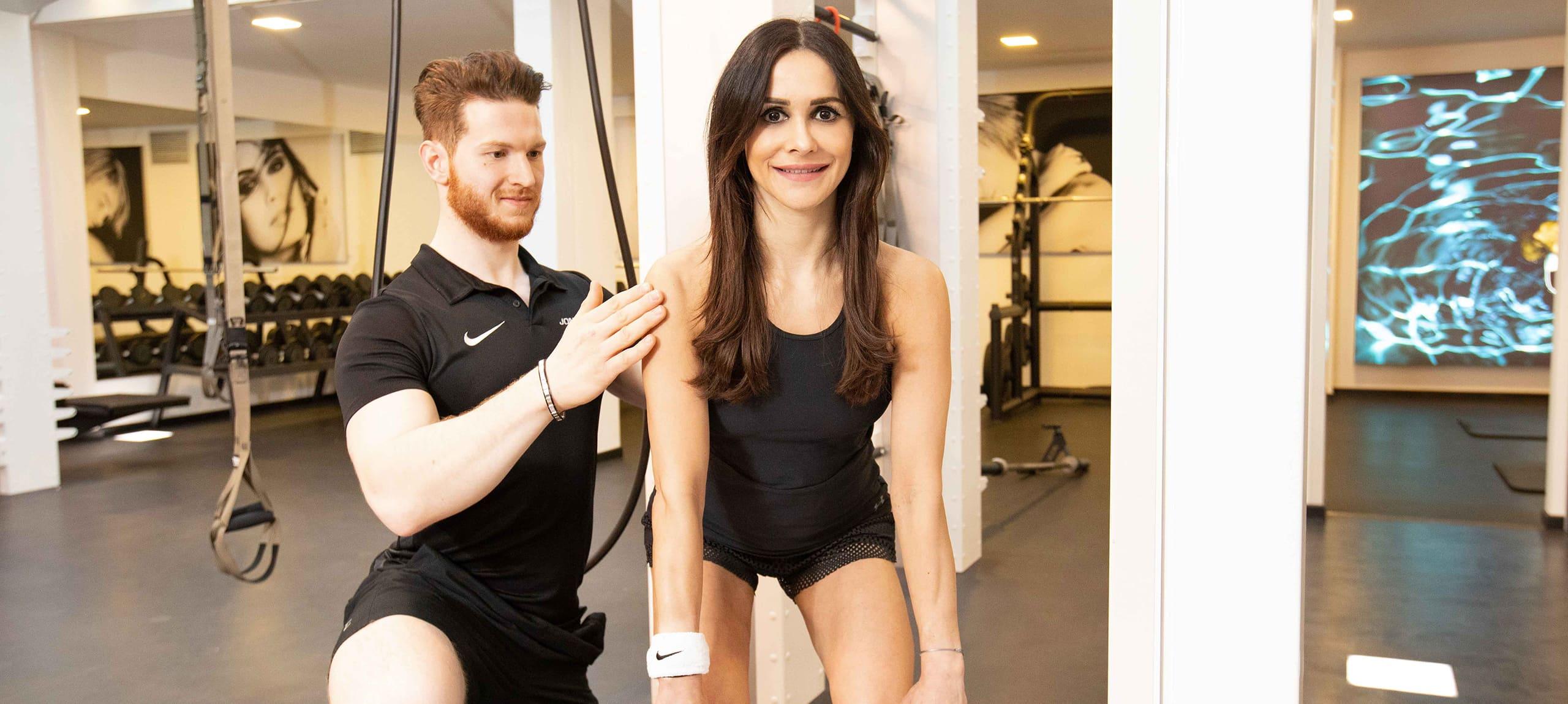 personal trainer bei jonensports beim training mit laechelnder kundin