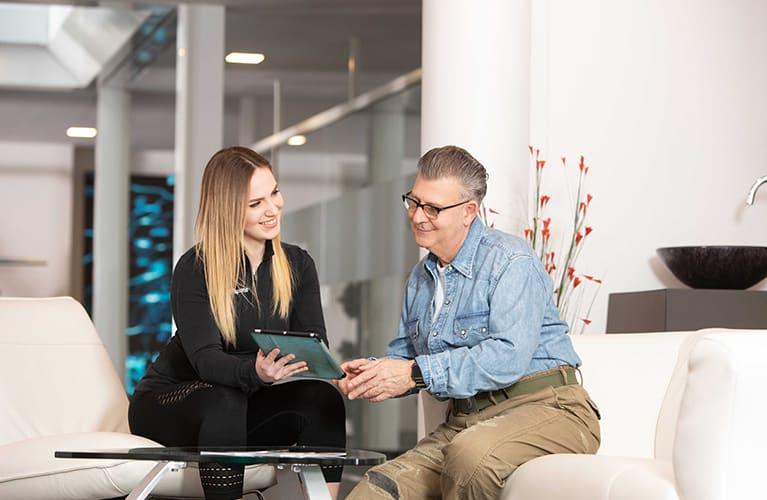 personal trainer zeigt einem kunden seinen fortschritt auf einem tablet mobil