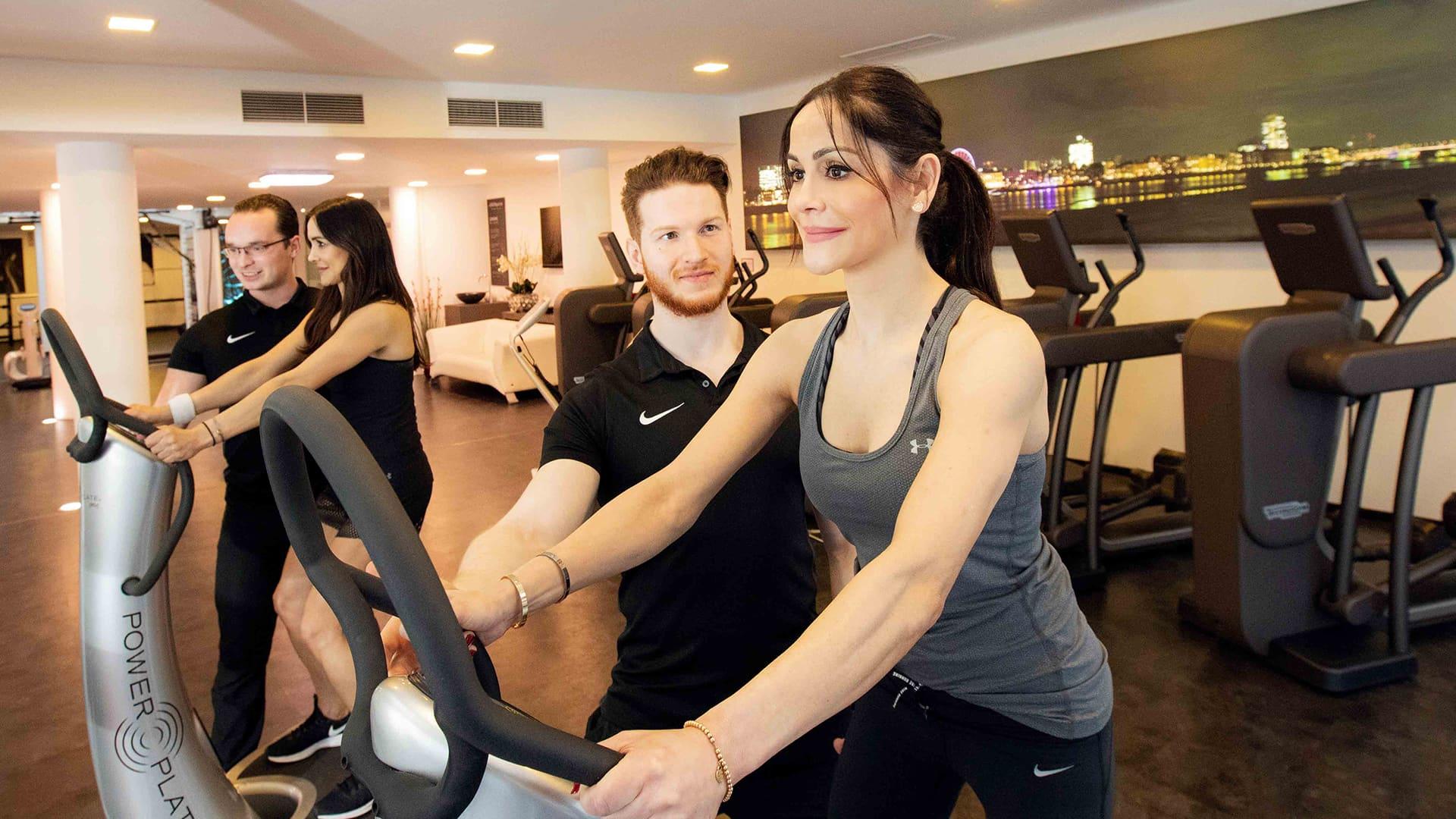 trainer bei jonen sports unterstuetzen zwei damen beim training
