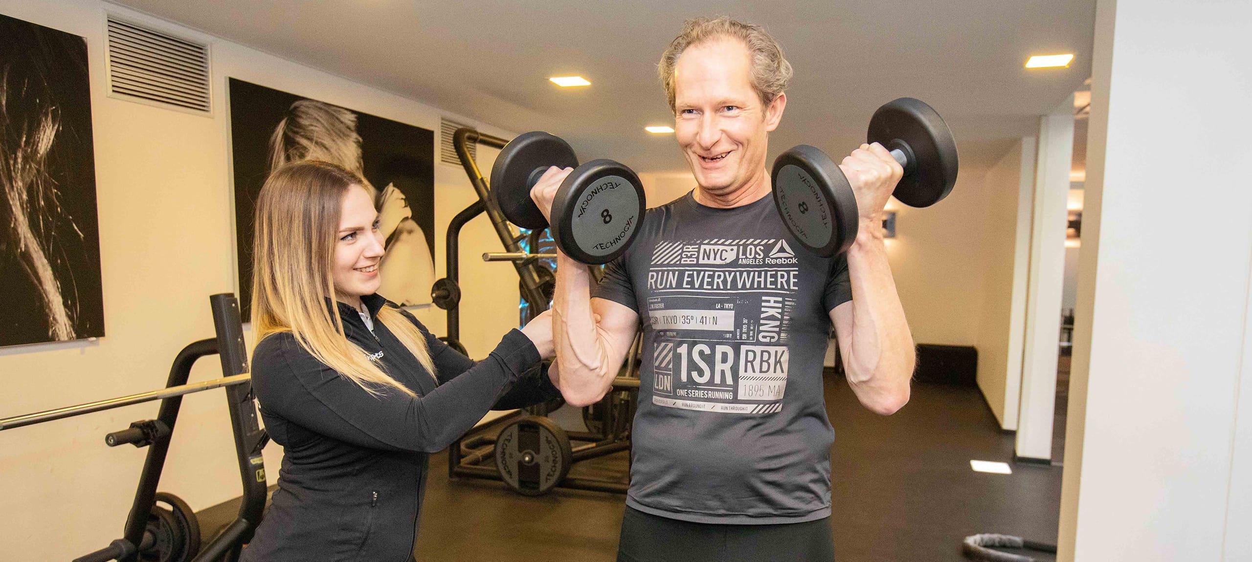 trainerin von jonensports hilft beim freihantel training