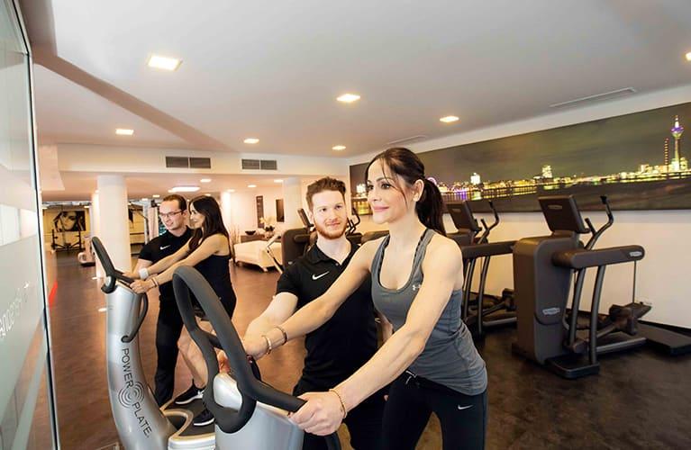 zwei junge damen trainieren im fitnesscenter jonensports mobil