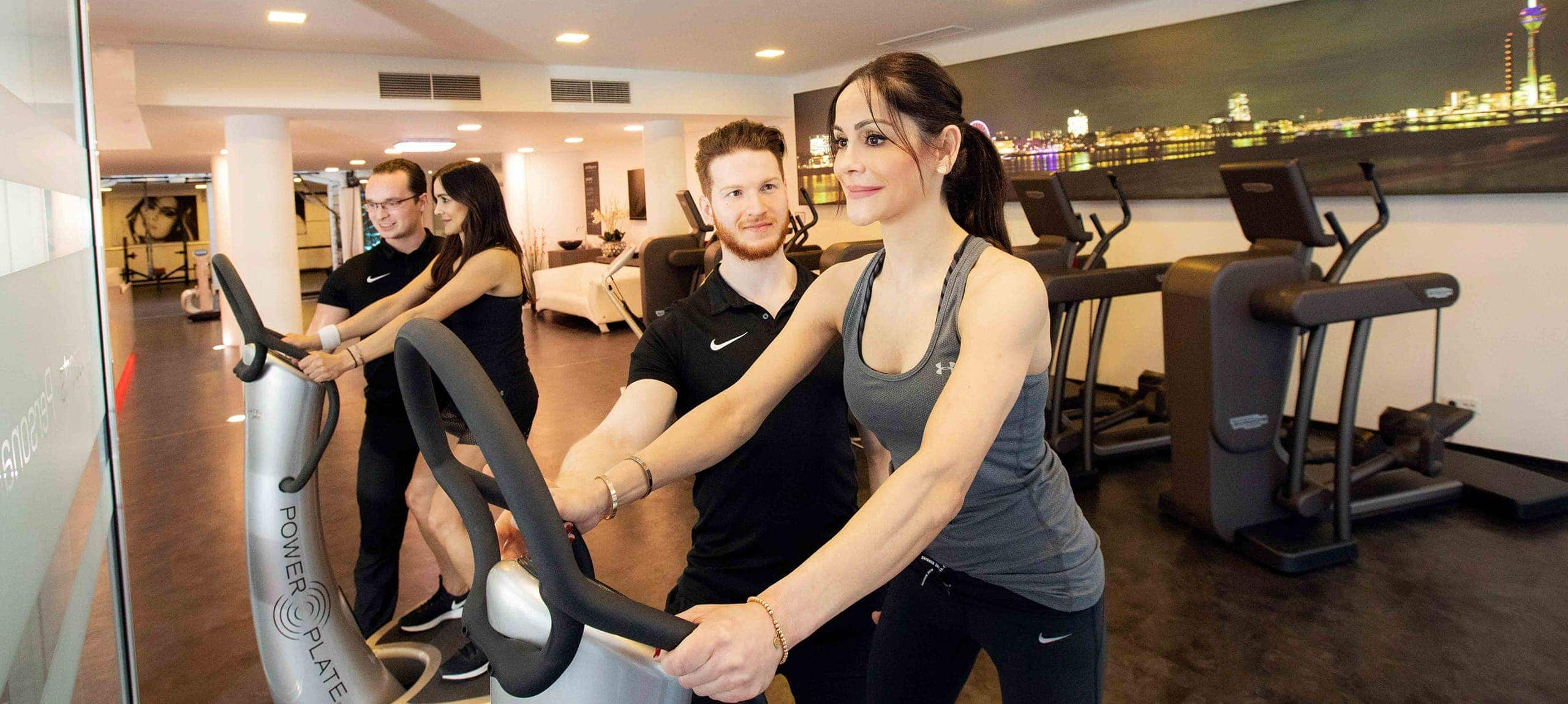 zwei junge damen trainieren im fitnesscenter jonensports